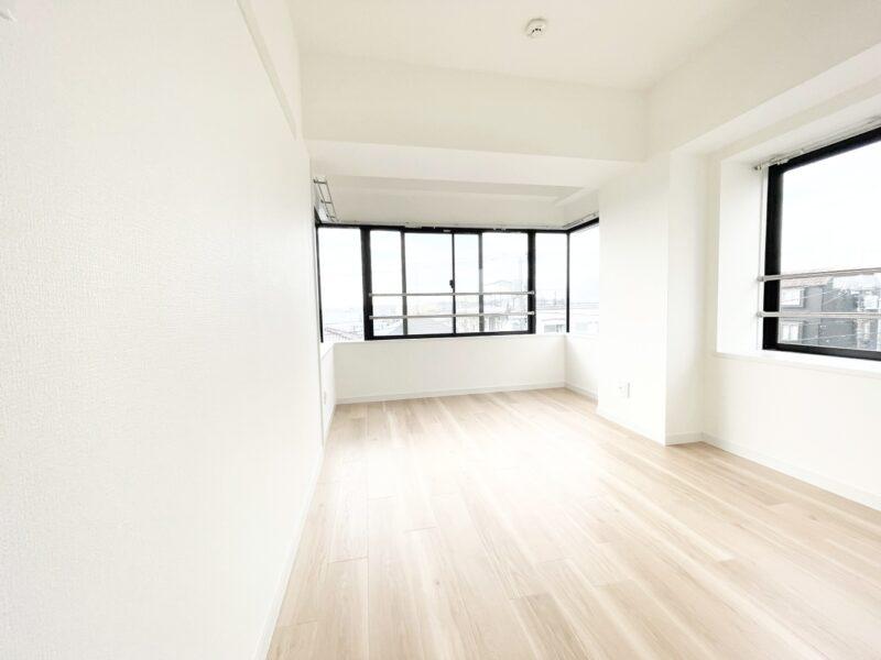 (洋室1)窓が多く明るい居室です。寝室として利用するのがおすすめ!(寝室)