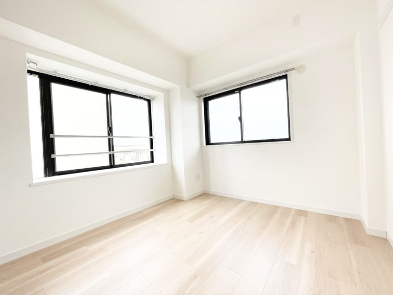 (洋室2)廊下側の居室も2面採光で明るい印象です♪(寝室)