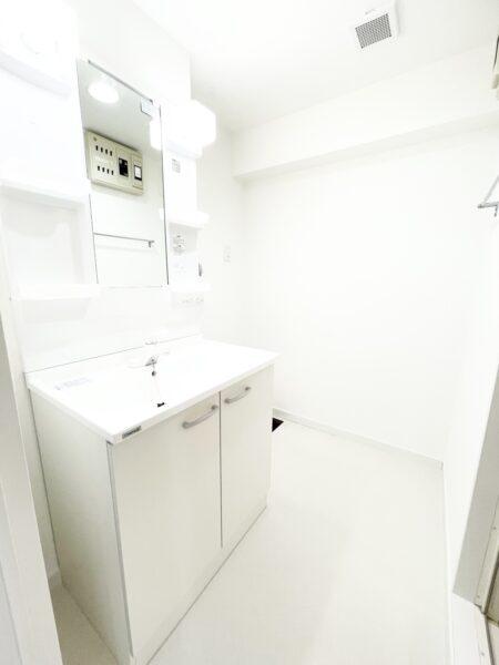 (洗面室)清潔感のある洗面室です。