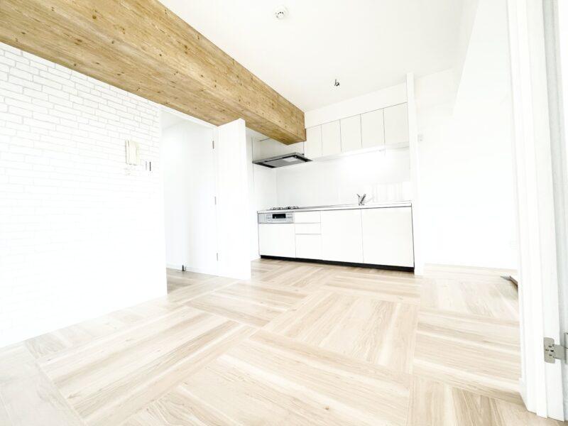 少しだけ壁があるので、キッチン空間が分けられていますよ。(居間)